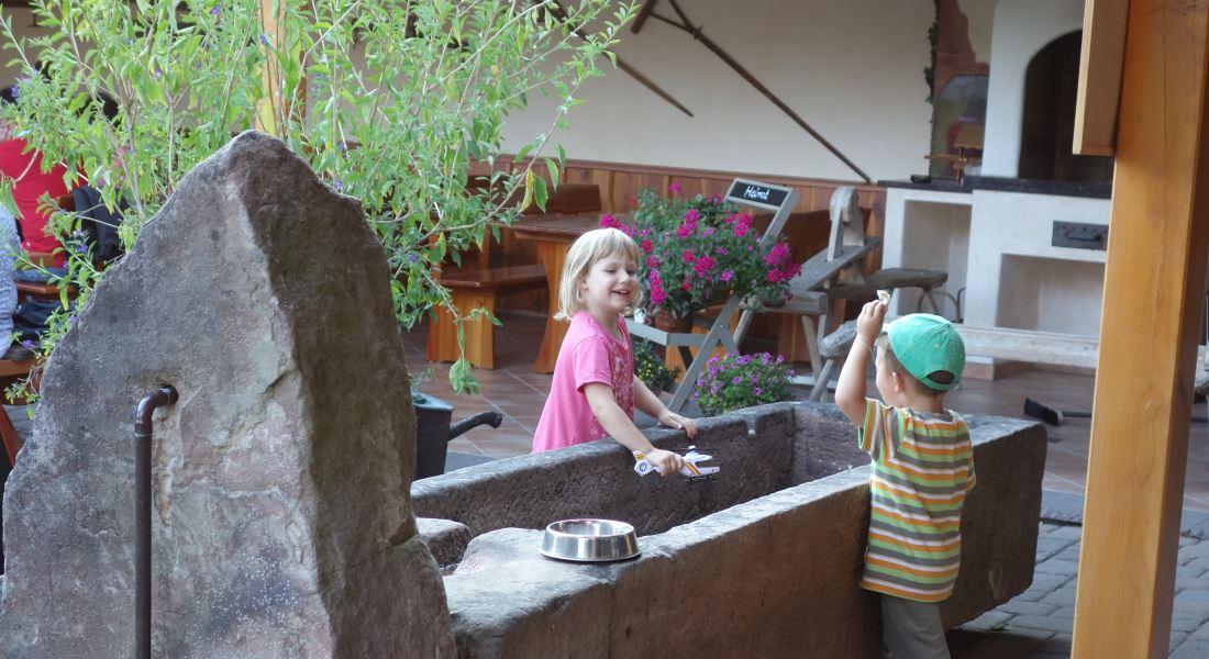 Brunnen mit Kinder